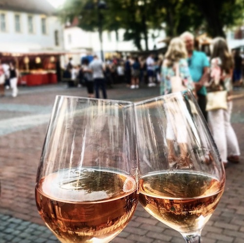 Wein trinken beim Abendmarkt auf dem Klosterplatz in Bielefeld