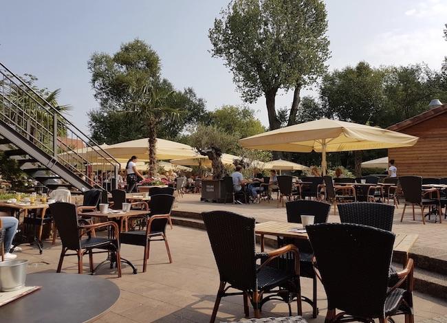 Draußen sitzen auf Terrasse mit schöner Aussicht und Spielecke für Kinder in der Finca Barcelona Bielefeld