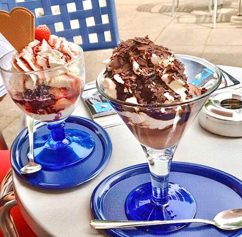 Eis essen beim Gianpaolo De Lorenzi Eiscafé in Schildesche
