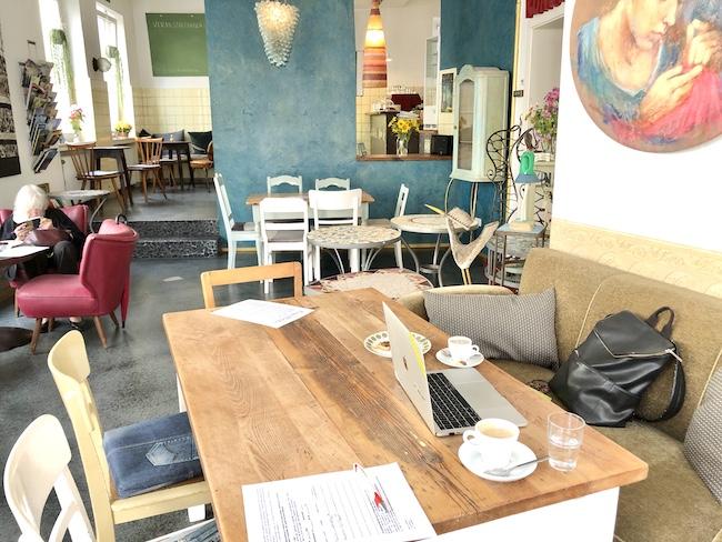 PERFEKTER ARBEITSTISCH IM CAFÉ KÜNSTLEREI. Cafés in denen man gut arbeiten oder lernen kann in Bielefeld