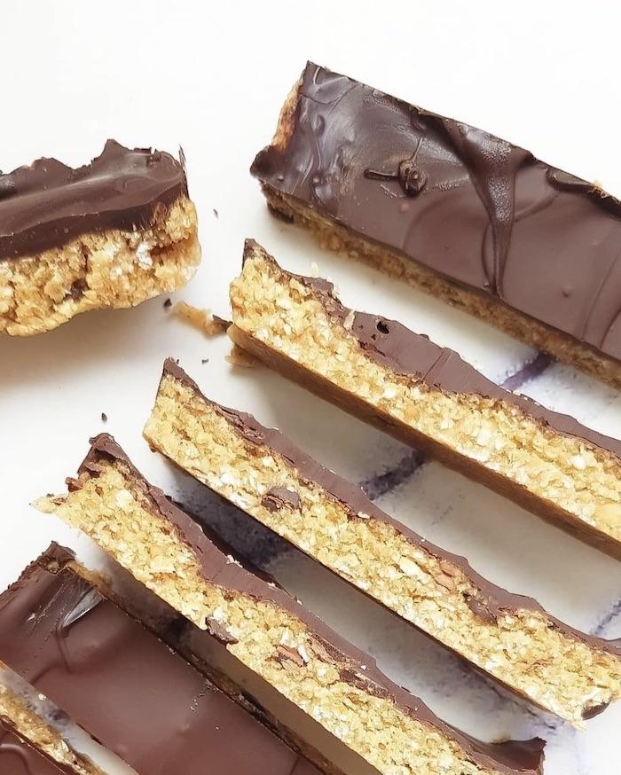 Bielefelder Food- und Lifestyle Bloggerin AisforAnything zeigt euch ein Rezept für unglaublich leckere Cookie Dough Bars. Jetzt ausprobieren!