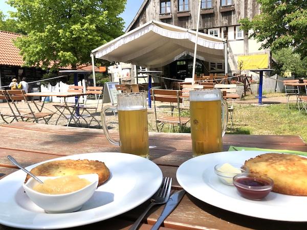 Bretzel essen im Biergarten Seekrug in Schildesche