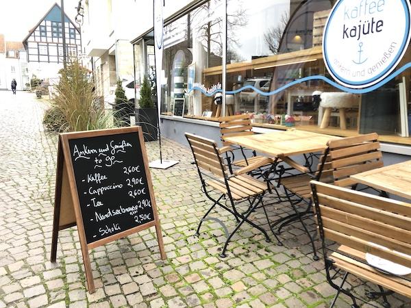 Kaffee Kajüte mit gemütlichen Außenbereich umgeben von Fachwerkhäusern