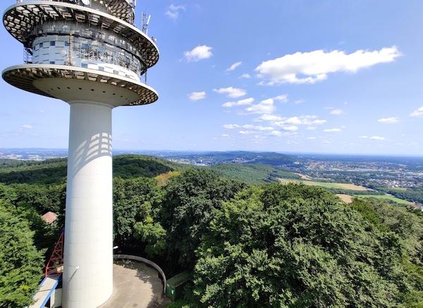Der Hüneburger Fernsehturm mitten im Teuto ©Fabian Römer